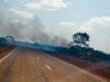 Rook en vuur langs de snelweg