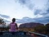 Mariska bij zonsondergang Uluru