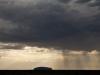 Een regenbui op weg naar Uluru